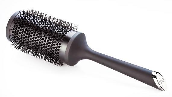 desenredar el cabello con un cepillo