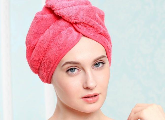 secar-el-pelo-con-toalla