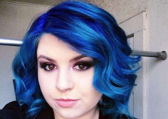 Cabello corto con rayos azules