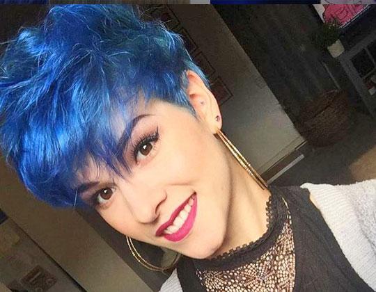 Cabello corto negro con mechas azules