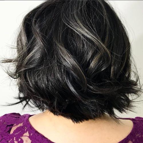 Rayitos en cabello corto y negro