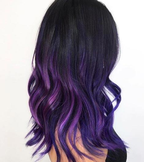 Color de cabello negro con violeta
