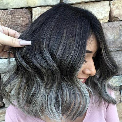 Cabello color plata con mechas