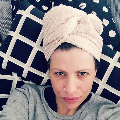 toalla envuelta en la cabeza