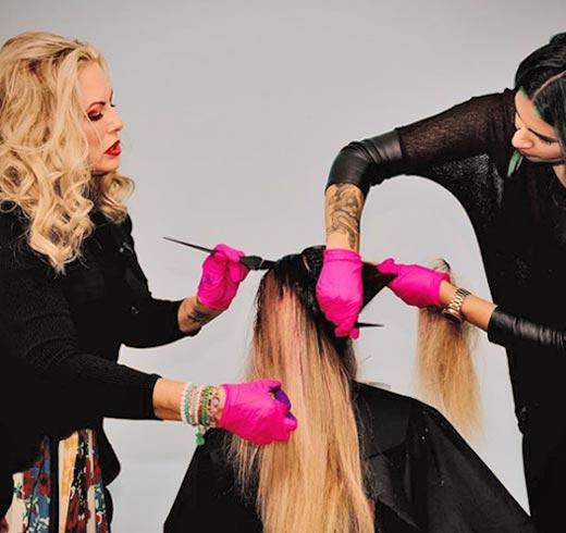 dos peluqueras y su cliente