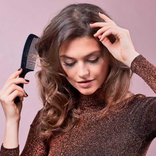 moviendo la raya de su pelo fino