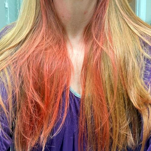 restos de rojo pelo decolorado