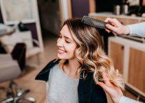 peluquera peinando balayage