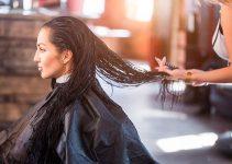 mujer con producto de alisado en el pelo