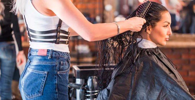 peluquera aplicando keratina