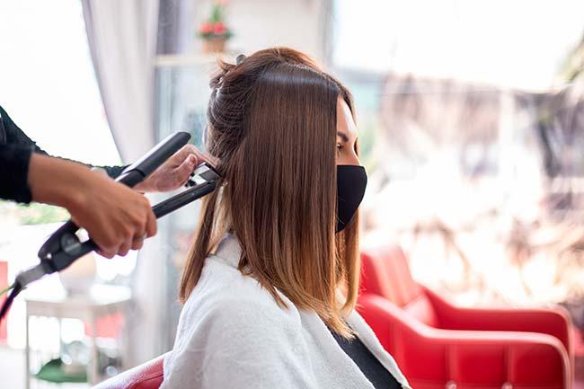 peluquera pasa la plancha para sellar tratamiento